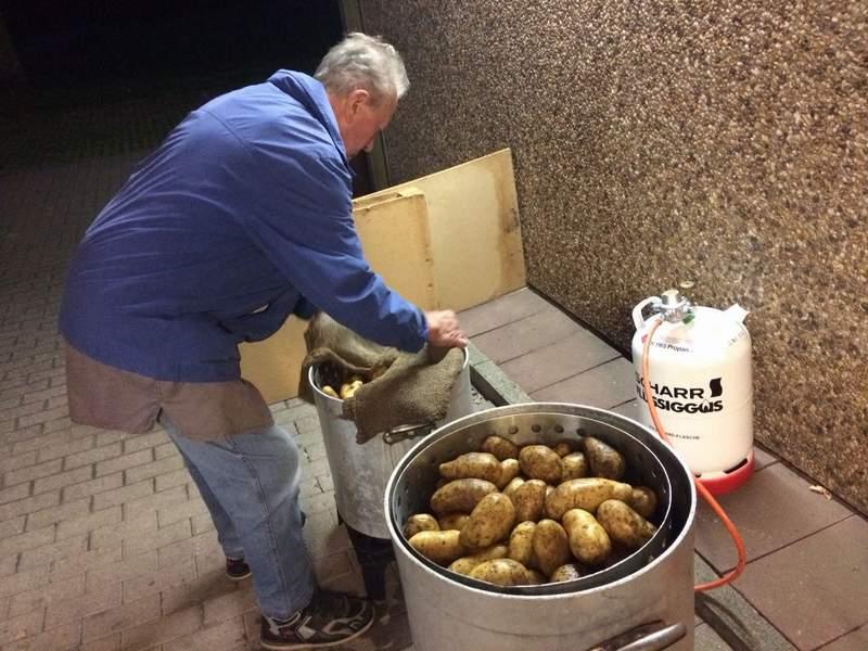 Gleichzeitig Laufen Die Küchenarbeiten In Der Großküche Der Sporthalle An:  Vier Zentner Kartoffeln Wollen Gekocht, Geschält, Geschnibbelt Und Zu ...